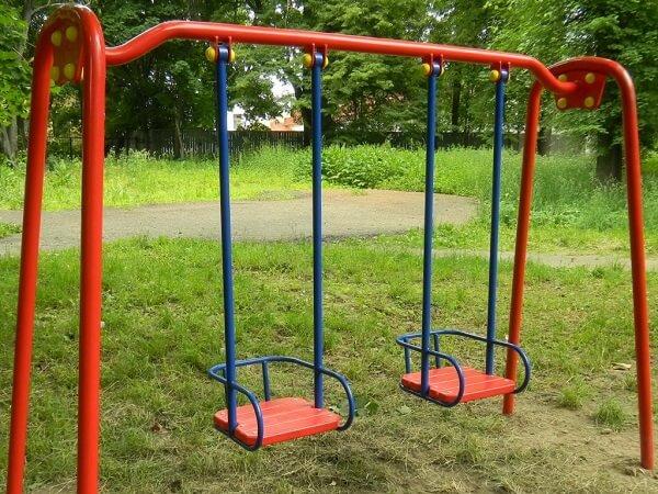 Двухместные качели в парке